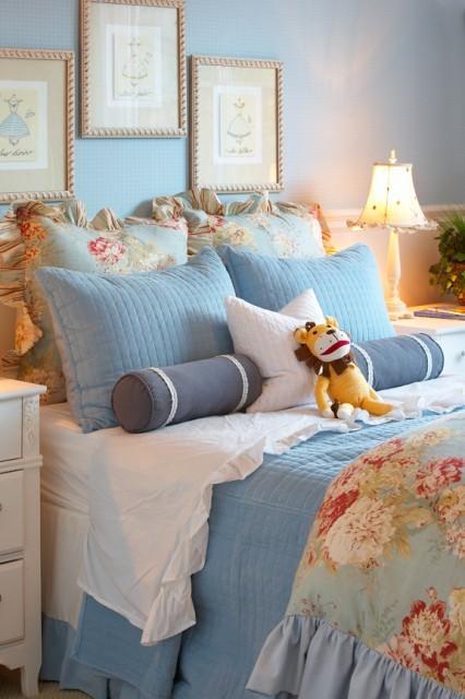 light bluw wgite romantic coastal bedroom