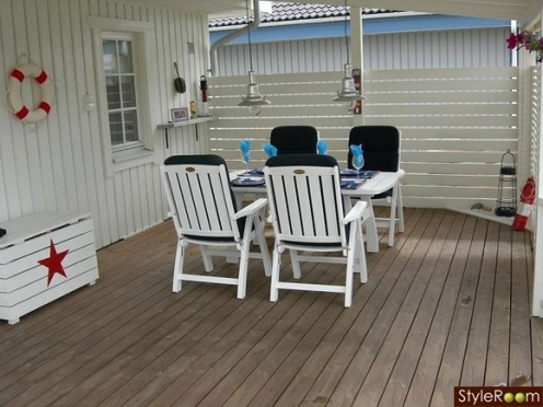 white house porch, blue red nautical style