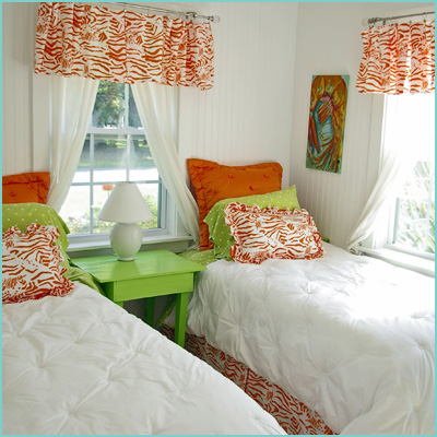 colorful gusest bedroom white red green
